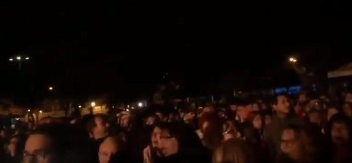 Tarados lanzan huevos a Marta Sánchez y así reacciona el público