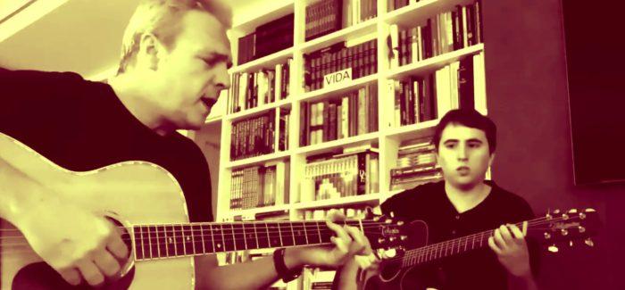 David Summers, tocando en casa con su hijo Dani