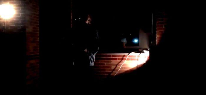 Santi Limones pone al vecindario a cantar con un concierto desde su balcón